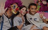 Funcionário da Azul fazendo trabalho voluntário com crianças em um hospital
