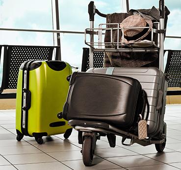 Carrinho de malas de aeroporto com muitas malas em excesso