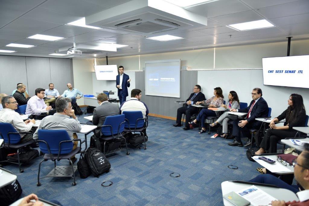 Alunos em sala de aula na sede da CNT em Brasília