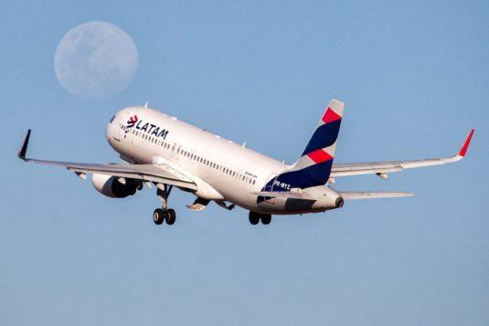 Beleza do Olhar de um avião da LATAM mais a Lua