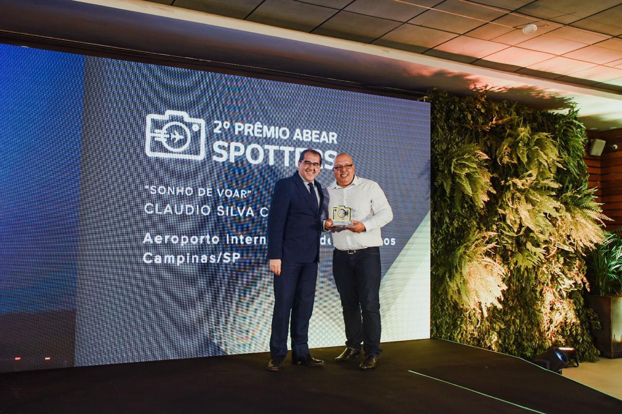 Airton Pereira, diretor de Relações Institucionais e Comunicação da ABEAR, e Claudio Silva Capucho, vencedor do prêmio Spotters