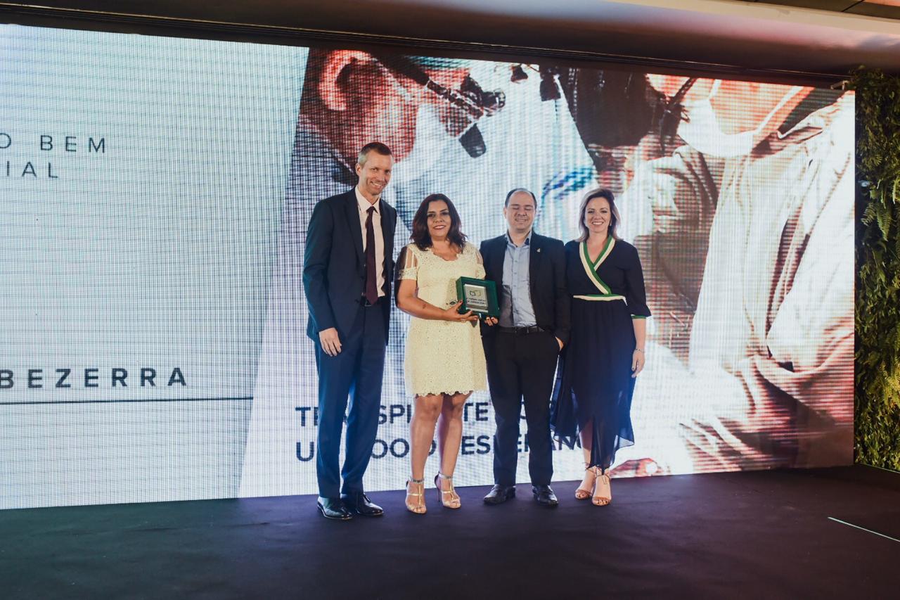 Jerome Cadier, CEO da Latam, Suely Frota Bezerra e equipe vencedora do Prêmio Especial Asas do Bem – Responsabilidade Social