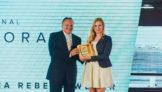 Rui Thomaz de Aquino, presidente da TwoFlex, e a jornalista Jéssica Rebeca Weber, vencedora do Prêmio Imprensa Regional