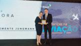 Mariana Clemente Jungmann, jornalista vencedora da categoria Competitividade, e Paulo Kakinoff, presidente da GOL