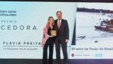 Leila Sterenberg, que recebeu o Grande Prêmio ABEAR de Jornalismo em nome da jornalista Flávia Freitas Gomes, e Eduardo Sanovicz, presidente da ABEAR