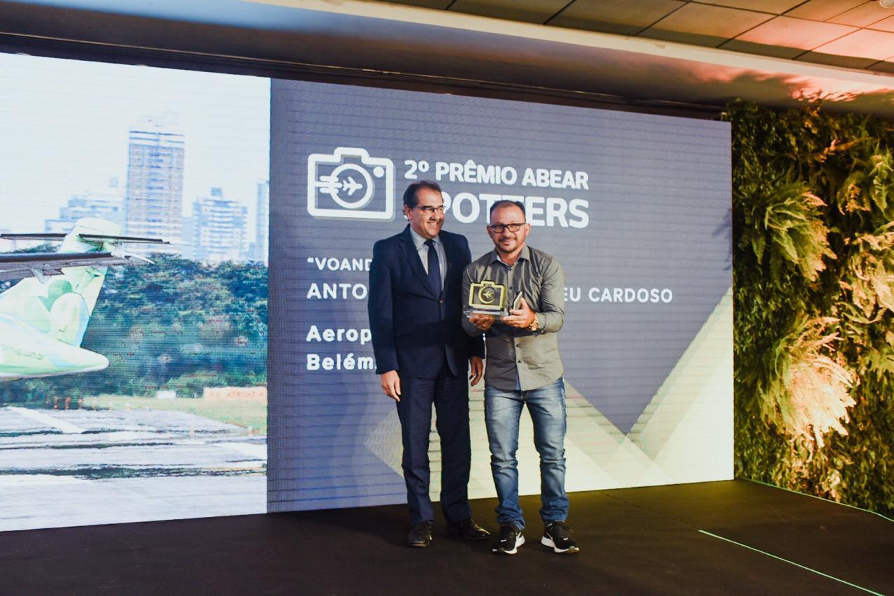 Airton Pereira, diretor de Relações Institucionais e Comunicação da ABEAR, e Antonio Cesar de Abreu Cardoso, vencedor do prêmio Spotters