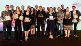 Vencedores dos prêmios Spotters e de Jornalismo e, ao fundo, Eduardo Busch, diretor-executivo da VoePass, Paulo Kakinoff, presidente da GOL, Eduardo Sanovicz, presidente da ABEAR, e Jerome Cadier, CEO da LATAM